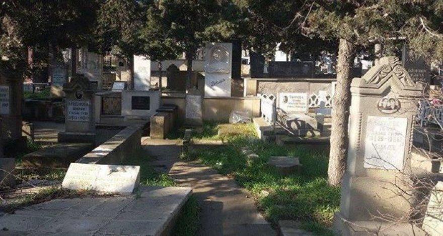 Самоуправство на бакинском кладбище: сдвинули надгробие и захватили участок - ВИДЕО