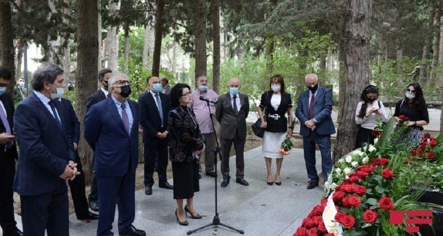 Деятели культуры и искусства посетили могилу Узеира Гаджибейли в Баку