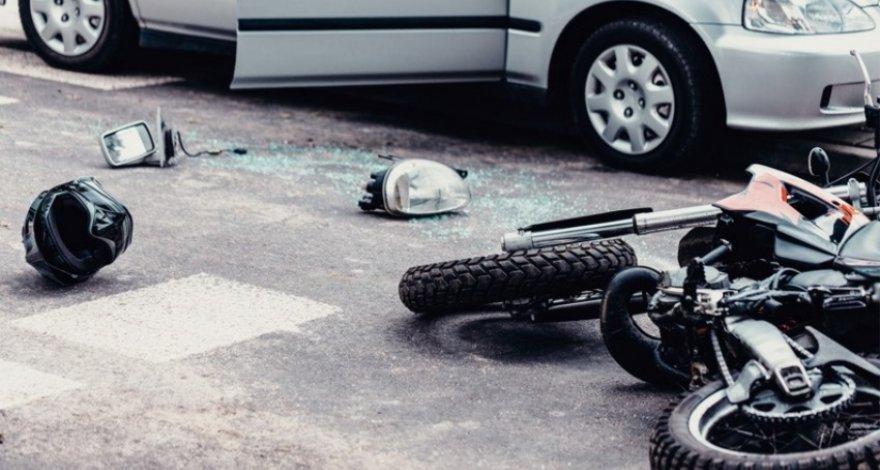 В Баку автомобиль столкнулся с мотоциклом, водитель сбежал с места ДТП