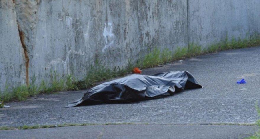 В Баку скончался рабочий в результате падения на него железной трубы