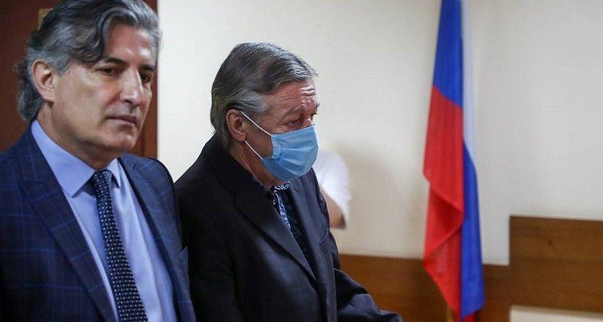 Экс-адвокат Михаила Ефремова утверждает, что в момент ДТП в машине находились, минимум, три человека