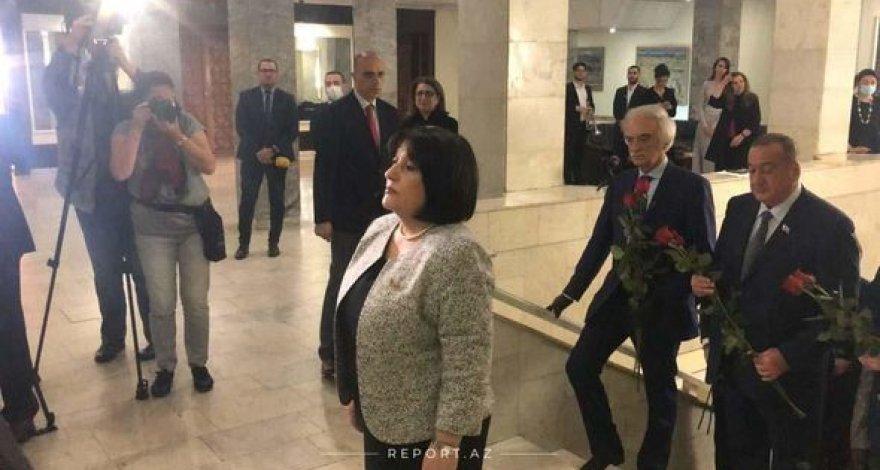 Спикер Милли Меджлиса возложила венок к барельефу Гейдара Алиева в Москве – ФОТО