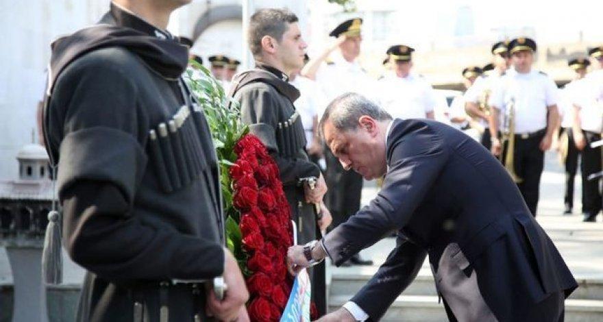 Джейхун Байрамов возложил венок к Мемориалу героев в Тбилиси - ФОТО