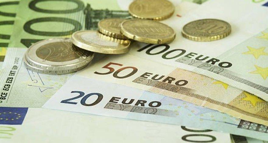 Манат подешевел к евро, незначительно укрепился к рублю
